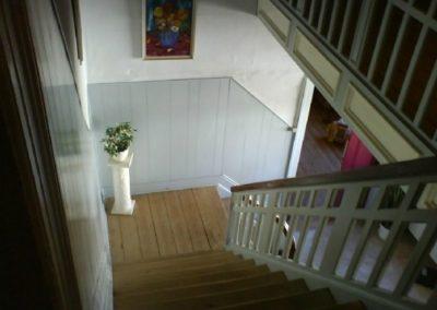 Et kig ned i hall'en fra 1. sal.