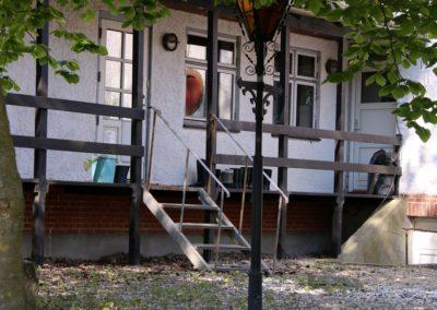 Svalegangen og indgang.